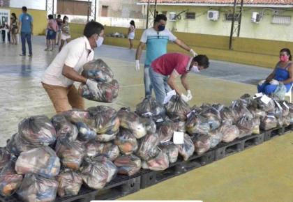 Prefeitura através da  Educação entrega kits de alimentação para famílias dos alunos da rede municipal de ensino.
